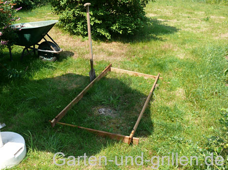 Foto: Die Grasnarbe für den Bau eines Hochbeetes wird abgestochen und abgetragen.